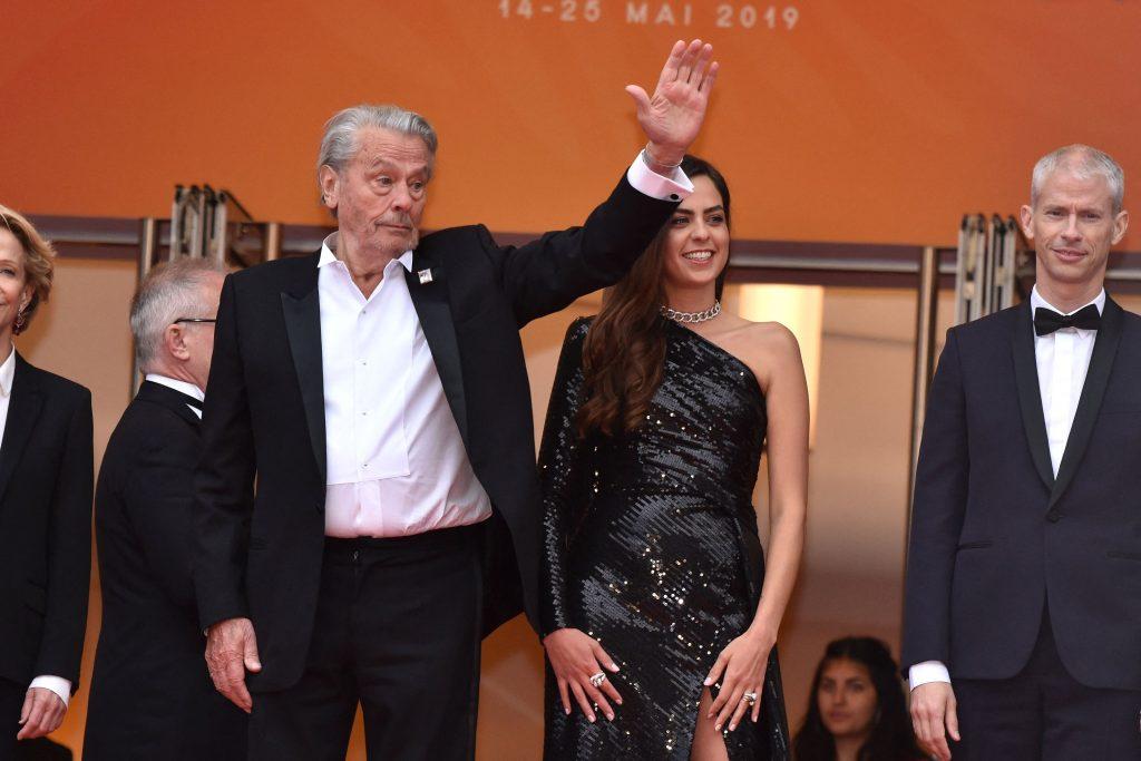 Alain Delon, apariție rară la Cannes. Cu cine a apărut la braț pe covorul roșu. Motivul pentru care a izbucnit în lacrimi