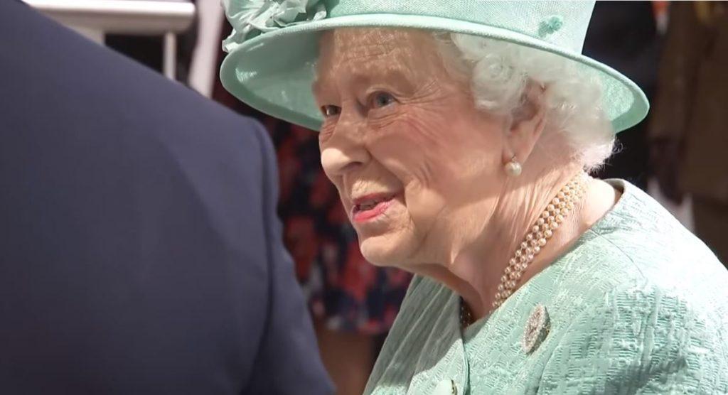 Cel mai amuzant filmuleț cu regina Elisabeta a II-a. E adorabilă. Cum a fost surprinsă într-un supermarket fără personal la casele de marcat