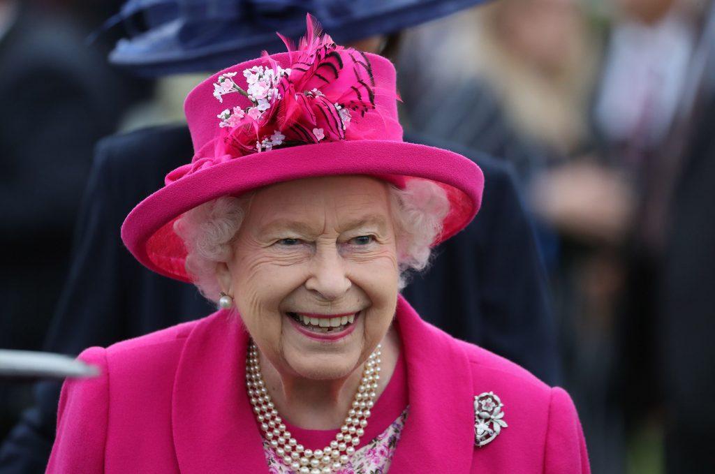 Gafa de protocol a unei tinere la întâlnirea cu regina. Toți au fost șocați când au văzut ce a pățit Elisabeta a II-a