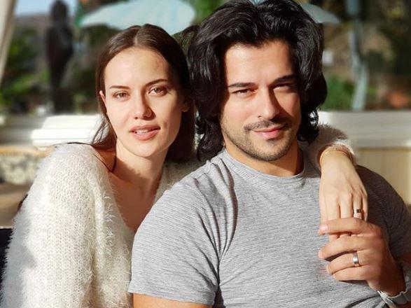 Cum arată soția lui Burak Özçivit, celebrul Kemal,la doar două luni după ce a născut. Micuțul Karan a adus multă bucurie în familia lor