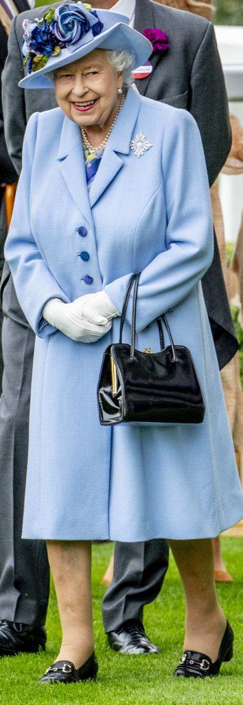 regina, in tinuta sa bleu