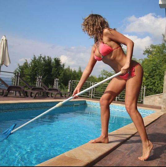 are un trup tonifiat, dar cu siguranta nu curatand piscina