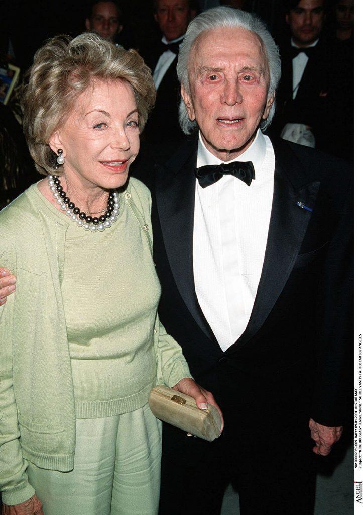 Se cunosc de-o viață! Kirk Douglas și soția lui au sărbătorit 65 de ani de căsătorie. Ce poveste de dragoste frumoasă au