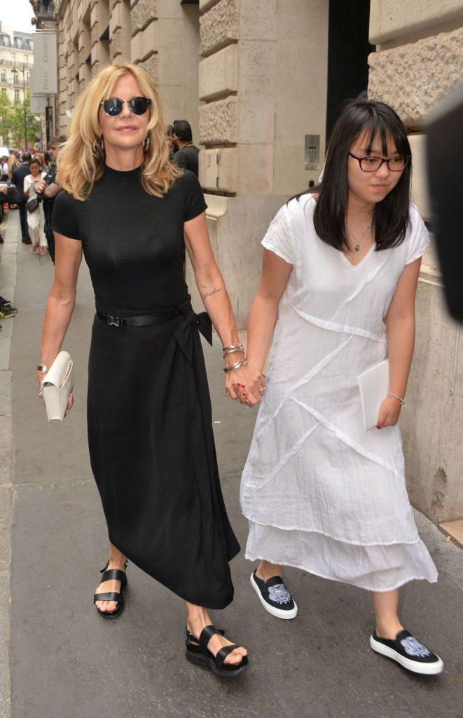 mama si fiica, mergand impreuna la Paris Fashion Week