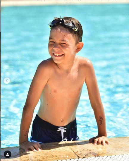 David e in elementul lui la piscina