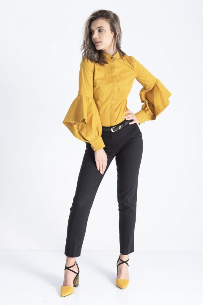 Ținută de birou stil boho chic: Asortează bluza cu mâneci ample cu pantaloni negri