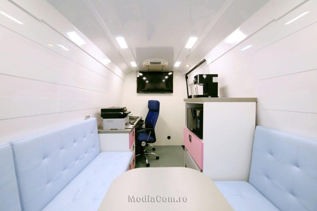 Microbuzul este dotat cu băncuțe și masă de lucru pentru mentorat sau consiliere, birou de lucru cu 2 laptop-uri, imprimantă A3, aer conditionat