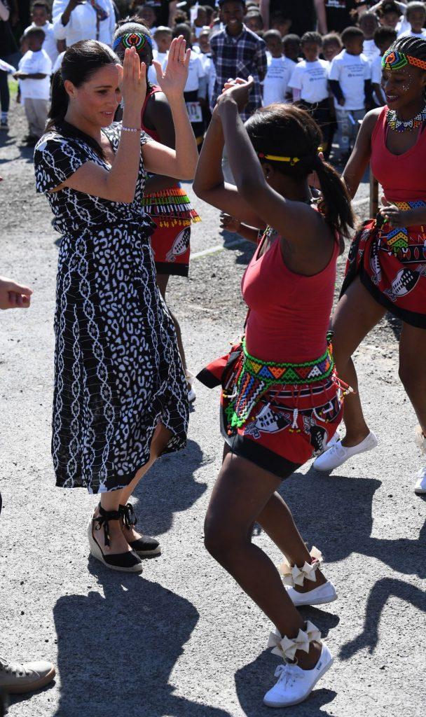 ducesa nu s-a sfiit sa danseze cu copiii africani