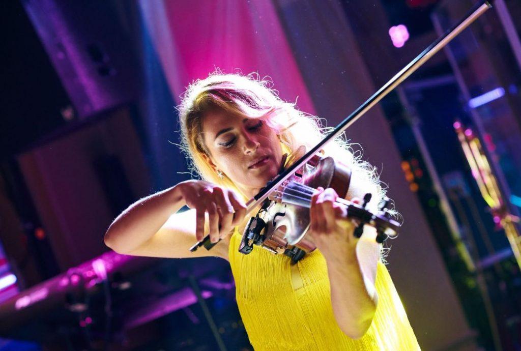 tanara canta la vioara
