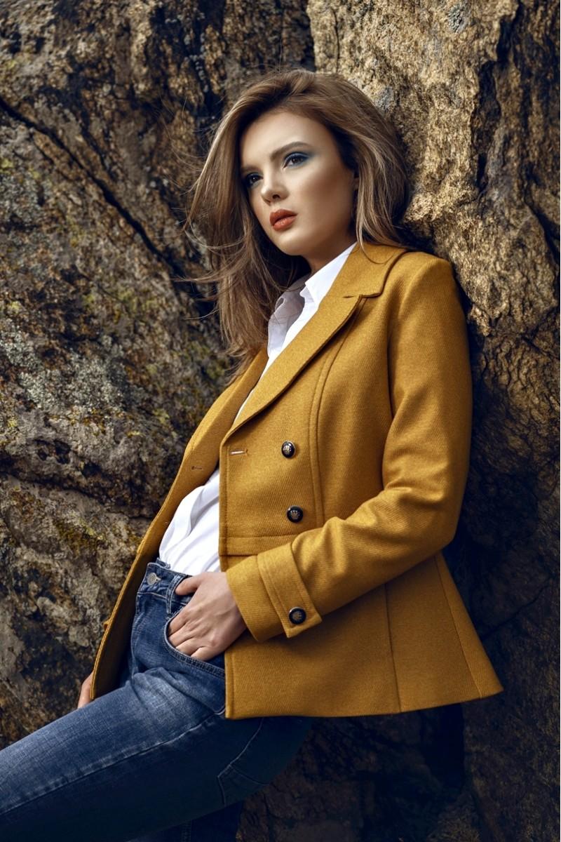 Culori la modă în toamna 2019: Muștar. Jachetă muștar purtată cu jeanși