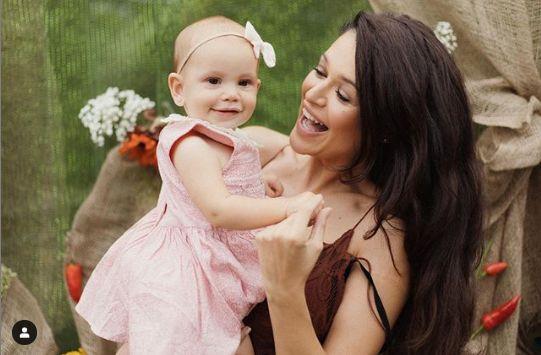 nu pierde niciun motiv sa se pozeze cu copii, pentru ca si ea isi doreste foarte mult un bebelus