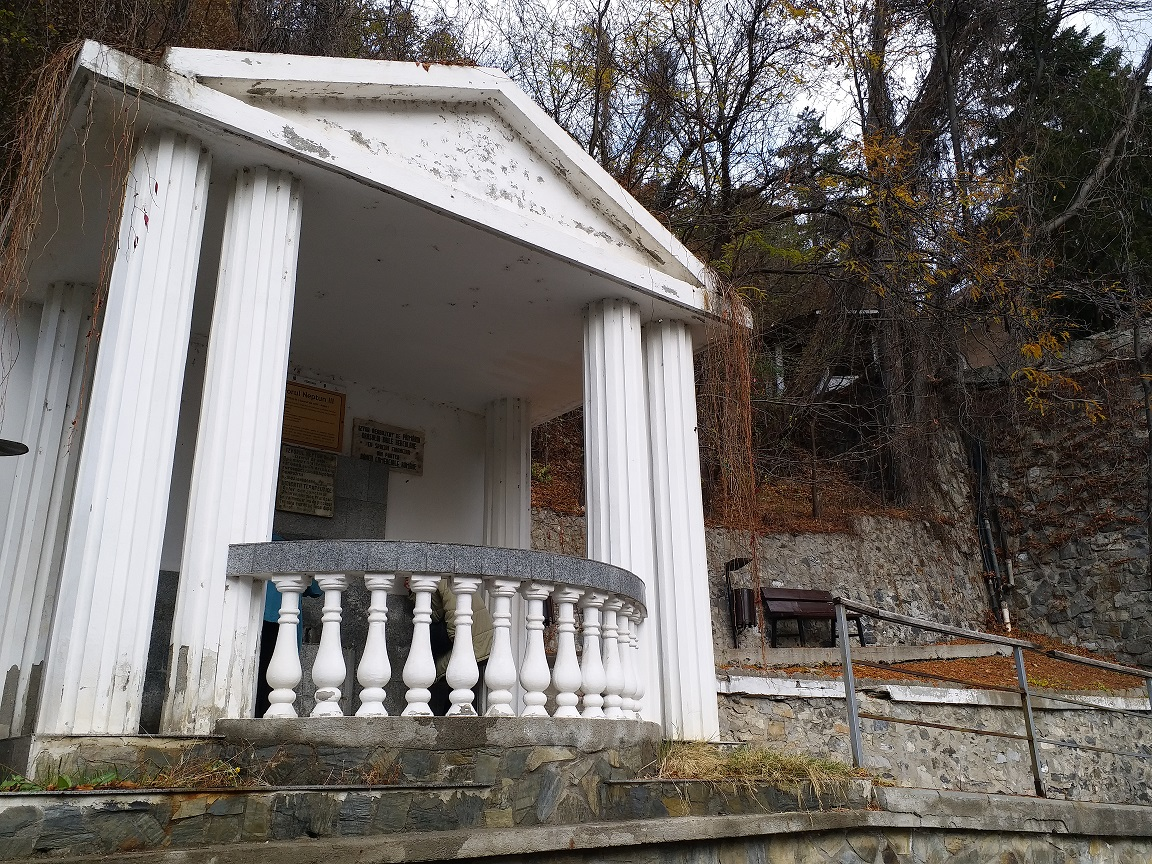 Pavilionul în care se află Izvorul de ochi. Băile Herculane