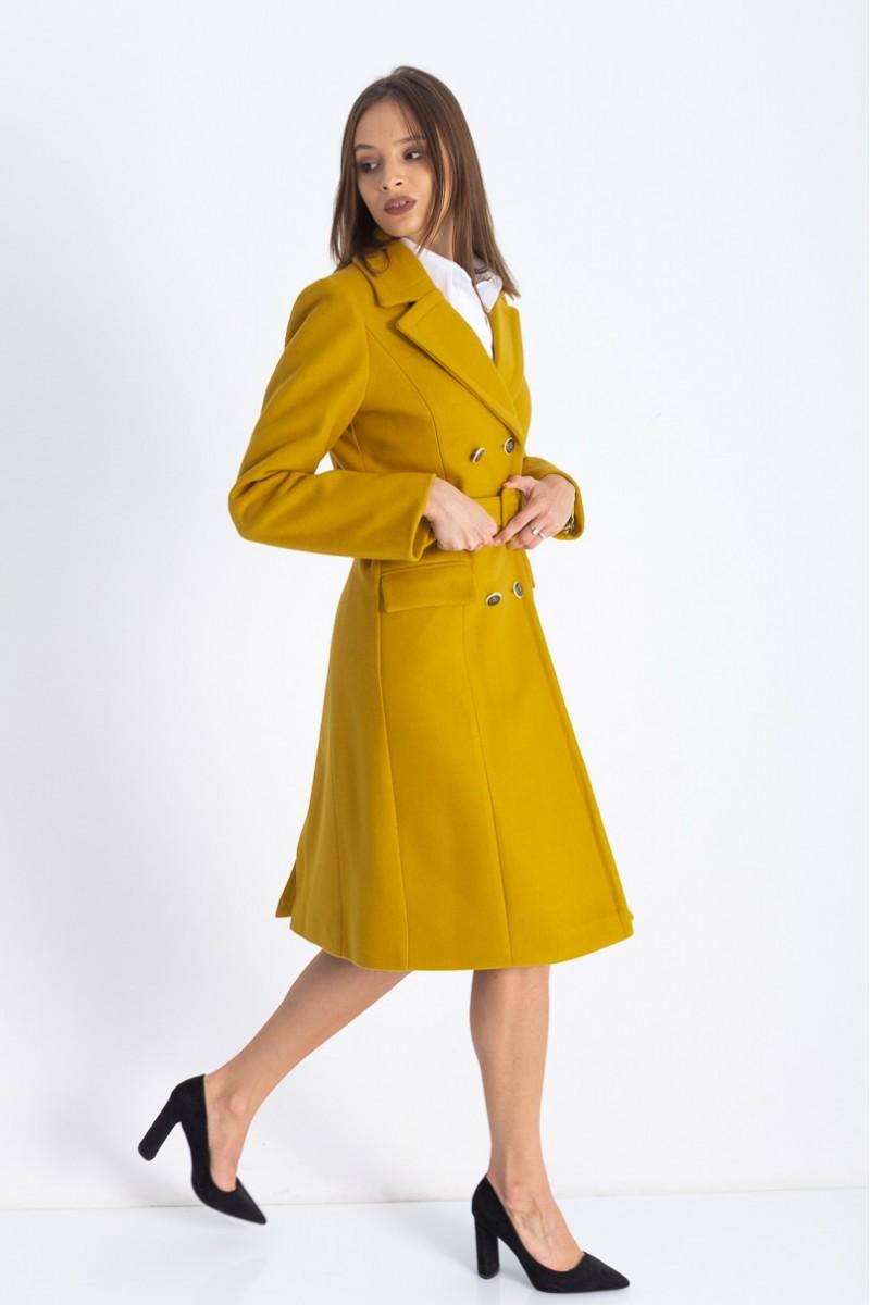 Modele de geci și paltoane în trend: Un palton într-o culoare îndrăzneață