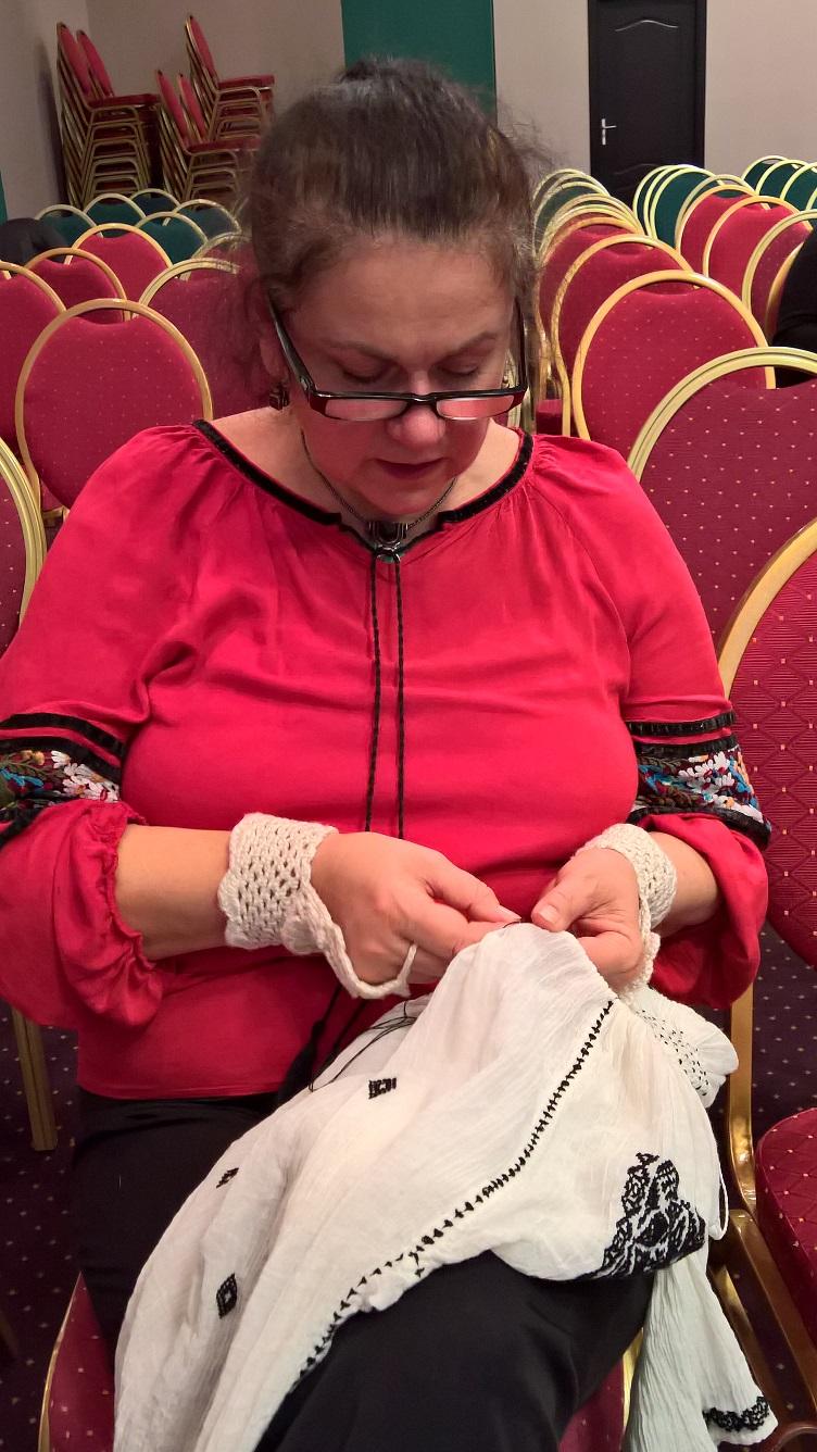 Doamna profesoară Despina Bălteanu lucrând la o nouă ie cu modele tradiționale
