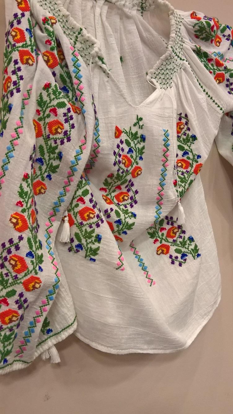 Ie cu motive florale realizată de Despina Bălteanu