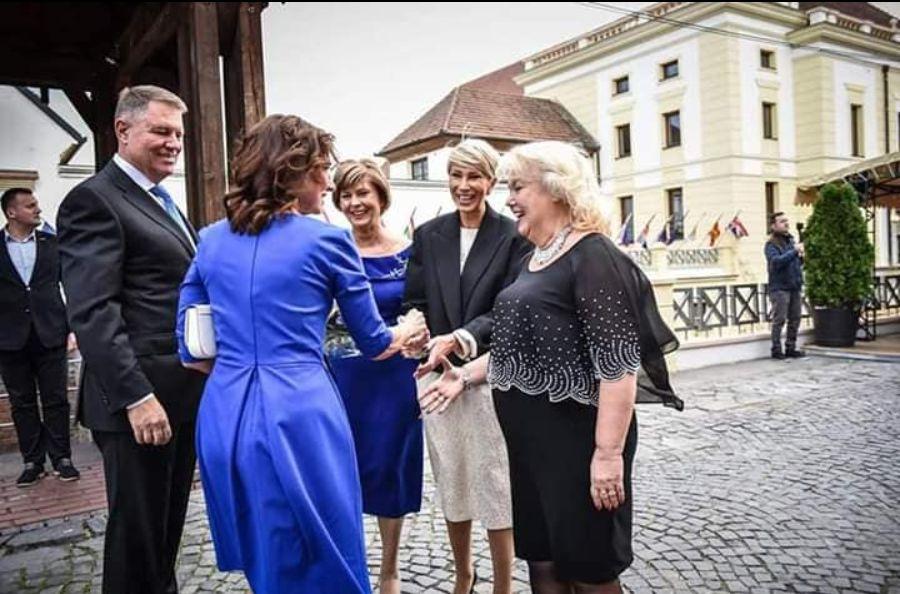carmen Iohannis a purtat o tinuta in ton cu evenimentul