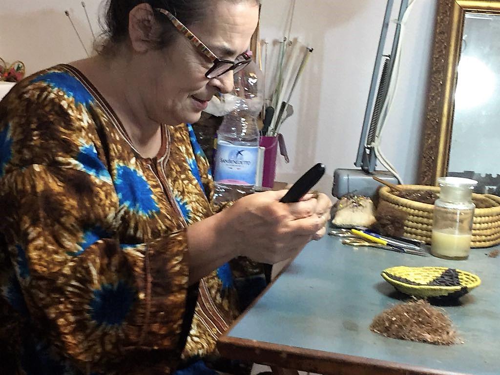 Chiara Vigo lucrând cu multă atenție firele de aur