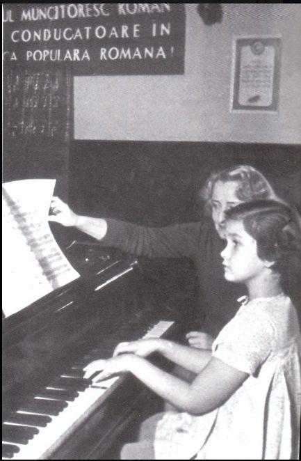 impreuna cu profesoara ei de pian