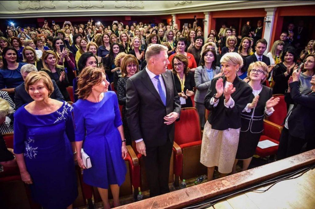 multe dintre femeile liberale au purtat rochii albastre
