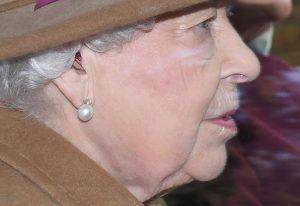 regina Elisabeta poarta aparat auditiv