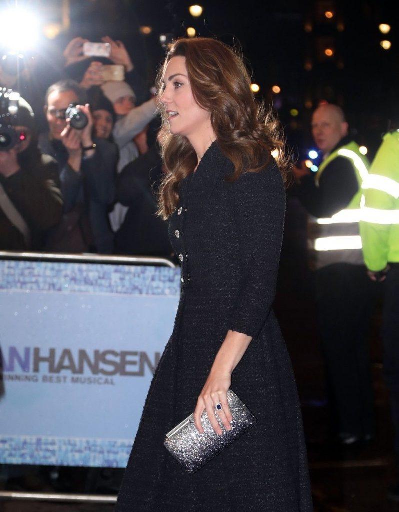 Kate Middleton a purtat pantofi si poseta Jimmy Choo, ambele argintii
