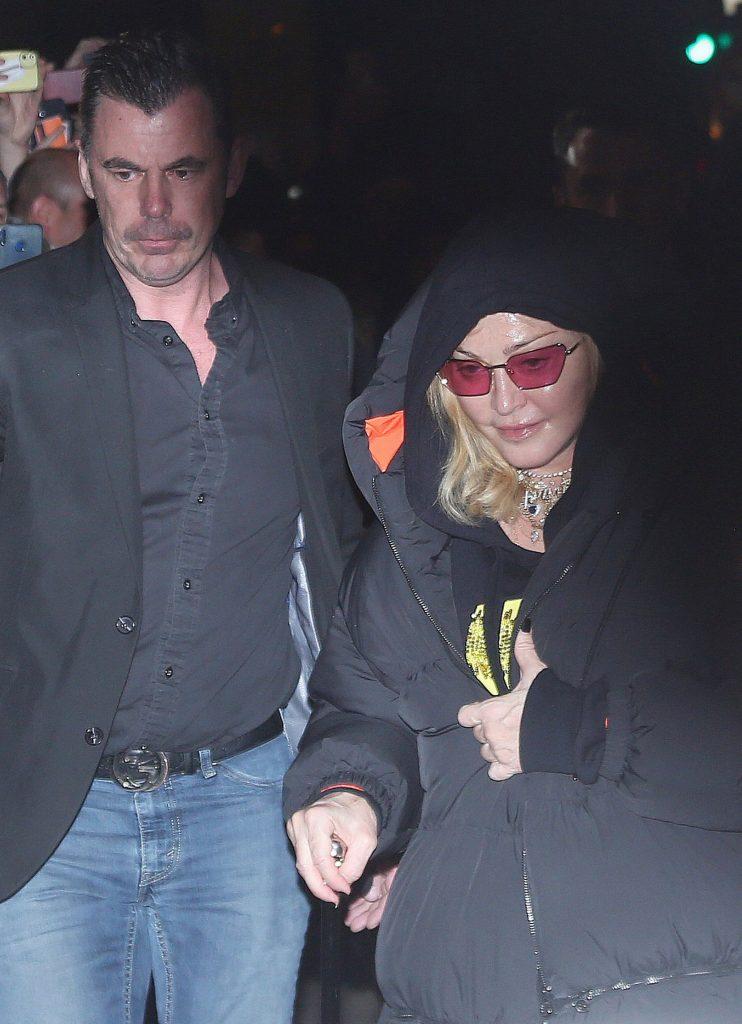 Madonna nu poate merge fara baston