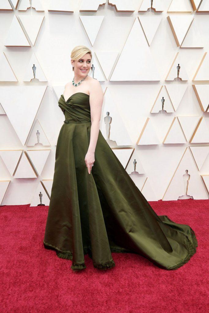 rochia Gretei Gerwig parea facuta dintr-o draperie