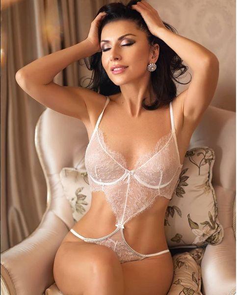 Carmen Bruma pozeaza tot mai sexy