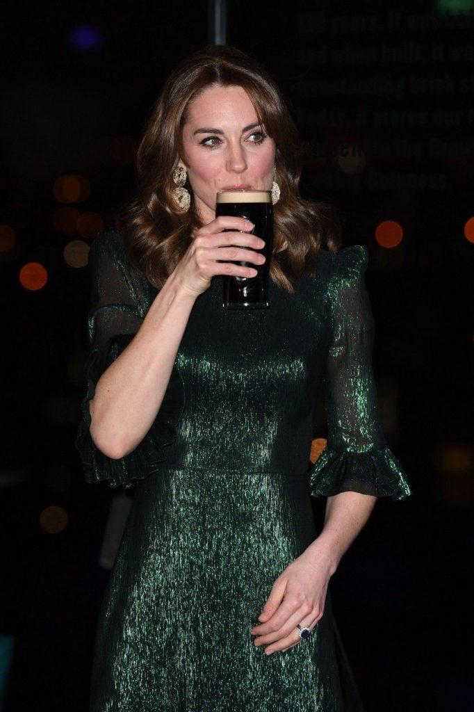 ducesa nu s-a sfiit sa bea bere neagra